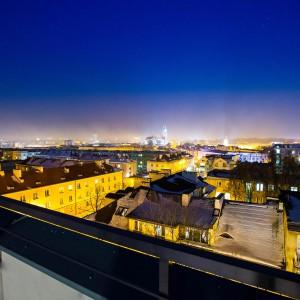 Apartament wyposażony jest w aż trzy balkony. Widok rozpościerający się na miasto robi wrażenie! Fot. Marek Białokoz.
