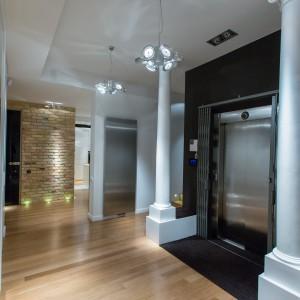 Do wnętrza mieszkania możemy się bezpośrednio dostać korzystając z windy. Wejście do niej, od strony apartamentu, okalając dwie, imponujące kolumny. Fot. Marek Białokoz.