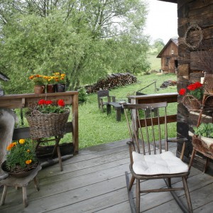 Zadaszenie pozwala spędzać czas na tarasie nawet podczas deszczowych dni. Projekt: Właściciele. Fot. Bartosz Jarosz.