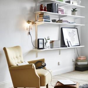 Fotel w kolorze przygaszonej żółci delikatnie ożywia przestrzeń pokoju dziennego. Fot. Stadshem.se/Janne Olander.
