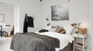 Spokojne szarości, delikatne odcienie bieli w połączeniu z naturalnymi materiałami tworzą przytulne wnętrza. Zobaczcie inspirujące aranżacje sypialni w skandynawskim stylu!
