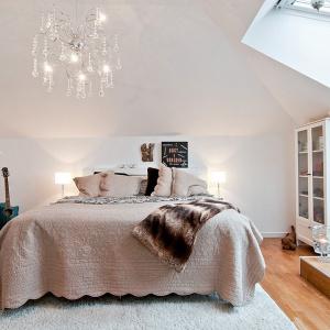 Stonowane odcienie ścian, miękkie tkaniny oraz naturalne materiały tworzą przytulne wnętrze. Fot. Bjufors.