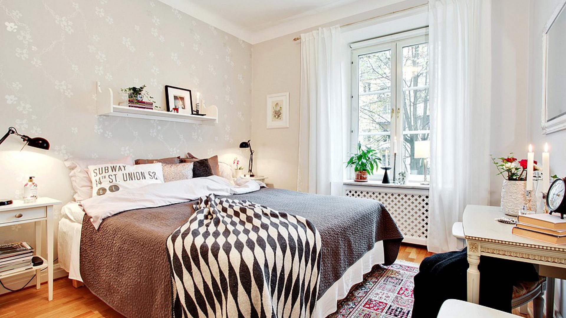 Wzorzysta, delikatna tapeta stanowi doskonałe tło dla prostej bryły łóżka i stolików nocnych. Fot. Bjufors.