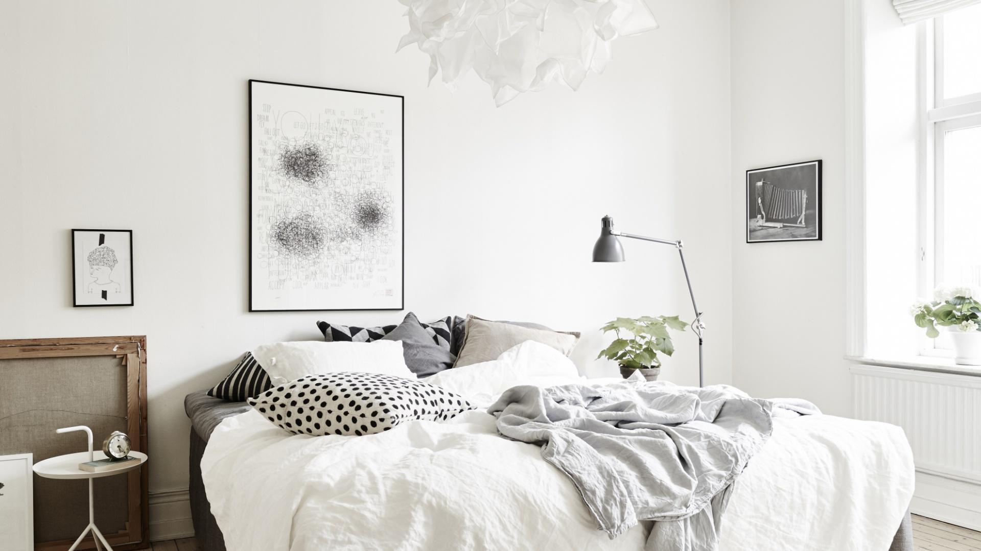 Biel ścian przełamano obrazami zawieszonymi na ścianie. Kontrastowe, czarne ramy tworzą ciekawą dekorację. Fot. Stadshem.
