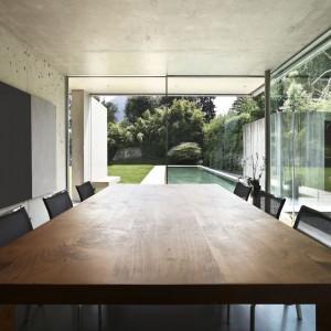Chcąc uzyskać wrażenie szklanej ściany możemy kupić system drzwi przesuwnych o wąskiej ościeżnicy i płaskim progu, schowanym w podłodze. Fot. Shutterstock.