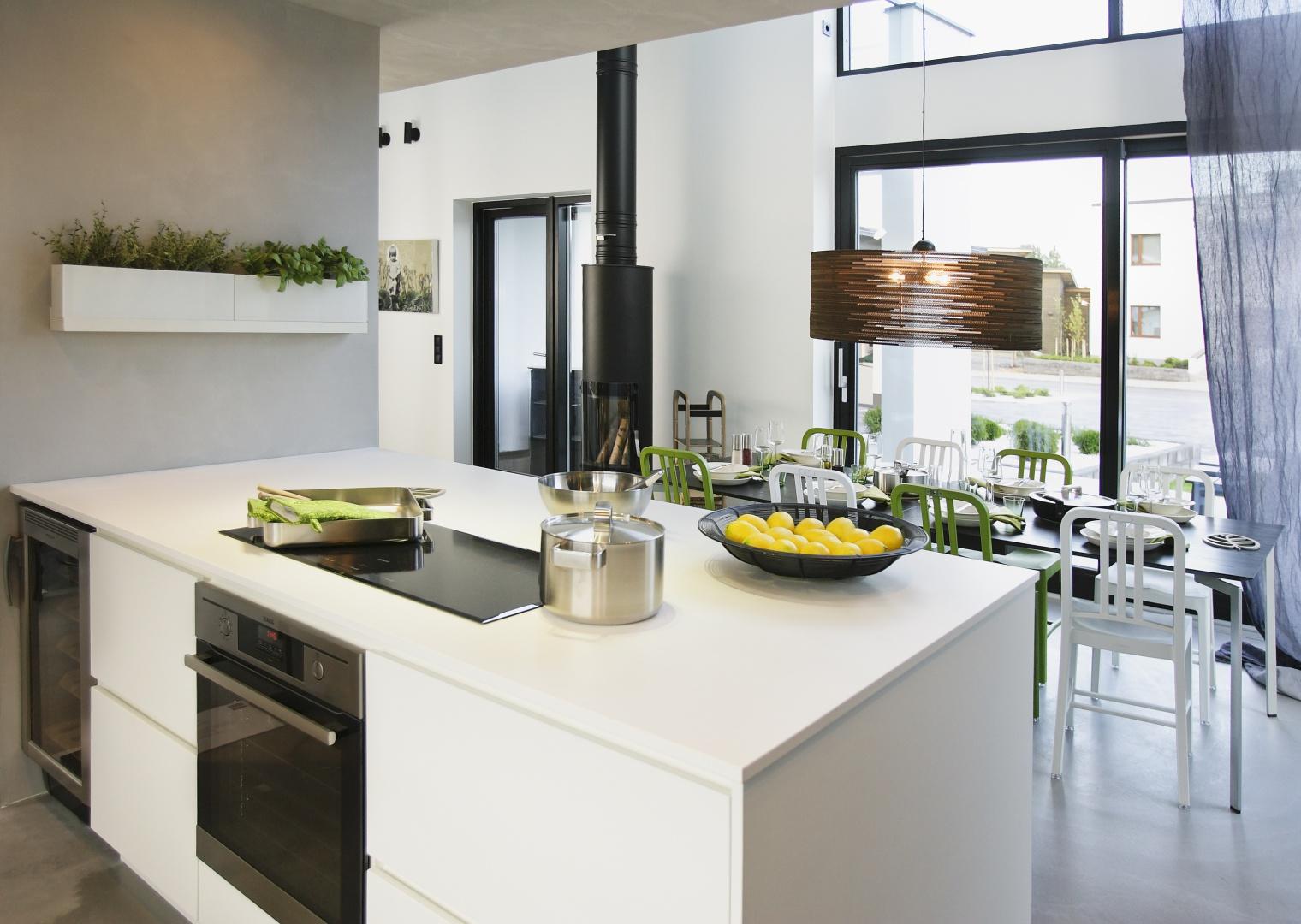 Dzięki panoramicznym oknom, możemy kształtować wrażenie przenikania się przestrzeni za oknem z pomieszczeniami w domu. Fot. Sokółka Okna i Drzwi.