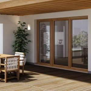Współczesne okna są coraz bardziej zaawansowane technologicznie, dzięki czemu mogą przyczynić się do obniżenia rachunków za ogrzewanie. Niski współczynnik przenikania ciepła, połączony z dużą powierzchnią, umożliwiającą nagrzewanie się domu w zimniejsze dni, czynią z nich nie tylko estetyczne, ale i praktyczne rozwiązanie. Fot. Oknoplast, model Winergetic.