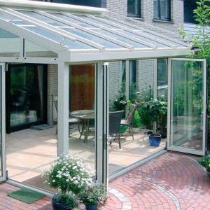 Ogrody zimowe mogą mieć wiele funkcji – pokoju wypoczynkowego, rozświetlonej jadalni, czy miejsca, w którym zimują rośliny. Fot. Aluhaus.