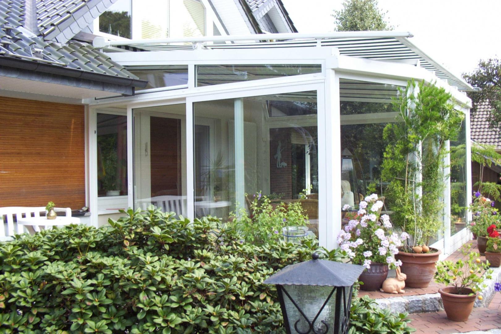 Ogród zimowy to także idealny sposób na powiększenie powierzchni użytkowej domu. Fot. Aluhaus.
