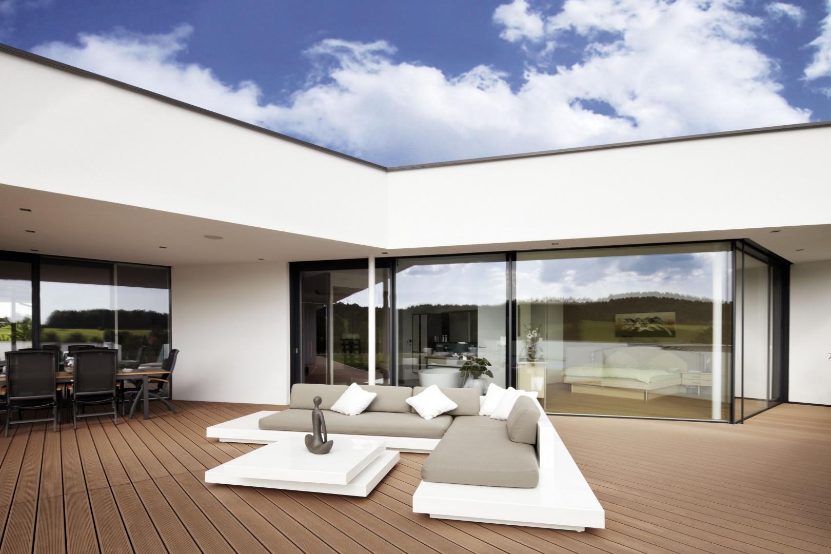 Duże przeszklenia są nieodłącznym elementem nowoczesnej architektury, zarówno ze względów wzorniczych, jak i coraz istotniejszych kwestii energooszczędności. Pomagają ogrzać dom promieniami słońca, a jednocześnie chronią przed ucieczkami ciepła. Poza tym, pięknie się prezentują, otwierając dom na okalające je otoczenie. Fot. Internorm.