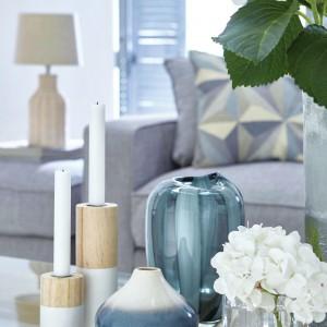 Świeczniki w kolorach bieli i drewna czy eleganckie wazony pełne kwiatów dopełniają efekt oraz wprowadzają do wnętrza rodzinną atmosferę. Fot. Dunelm.