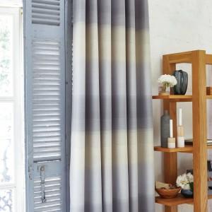 Tkaniny nadają przytulności każdej aranżacji. W salonie zastosowano zasłony w dużą kratę w typowo skandynawskich barwach: szarości i żółci. Fot. Dunelm.