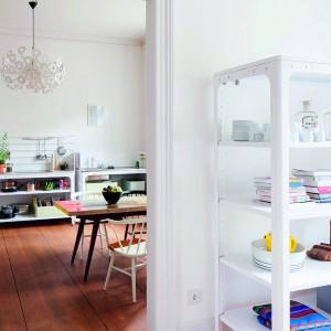 Meble mają charakter modułowy i zróżnicowane wymiary. Część jest wyposażona w kółka. Każdy mebel można złożyć by wygodnie przewieźć do innego mieszkania. Szafki nadają się również do dowolnego zagospodarowania - ich przestrzeń  można wykorzystać na półki czy ustawienie pojemników albo na zabudowę urządzeń AGD. Fot. Naber, kolekcja Concept Kitchen.