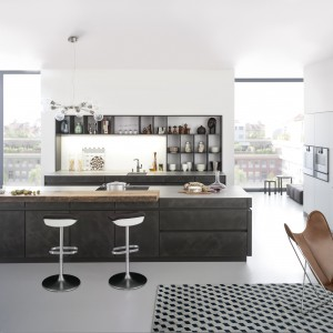 Fronty mebli kuchennych zostały wykończone w bardzo ekskluzywny sposób. Specjalną masę nałożono podobnie jak tynk, a efekt końcowy do złudzenia naśladuje betonową powierzchnię. Fot. Leicht, seria Concrete.