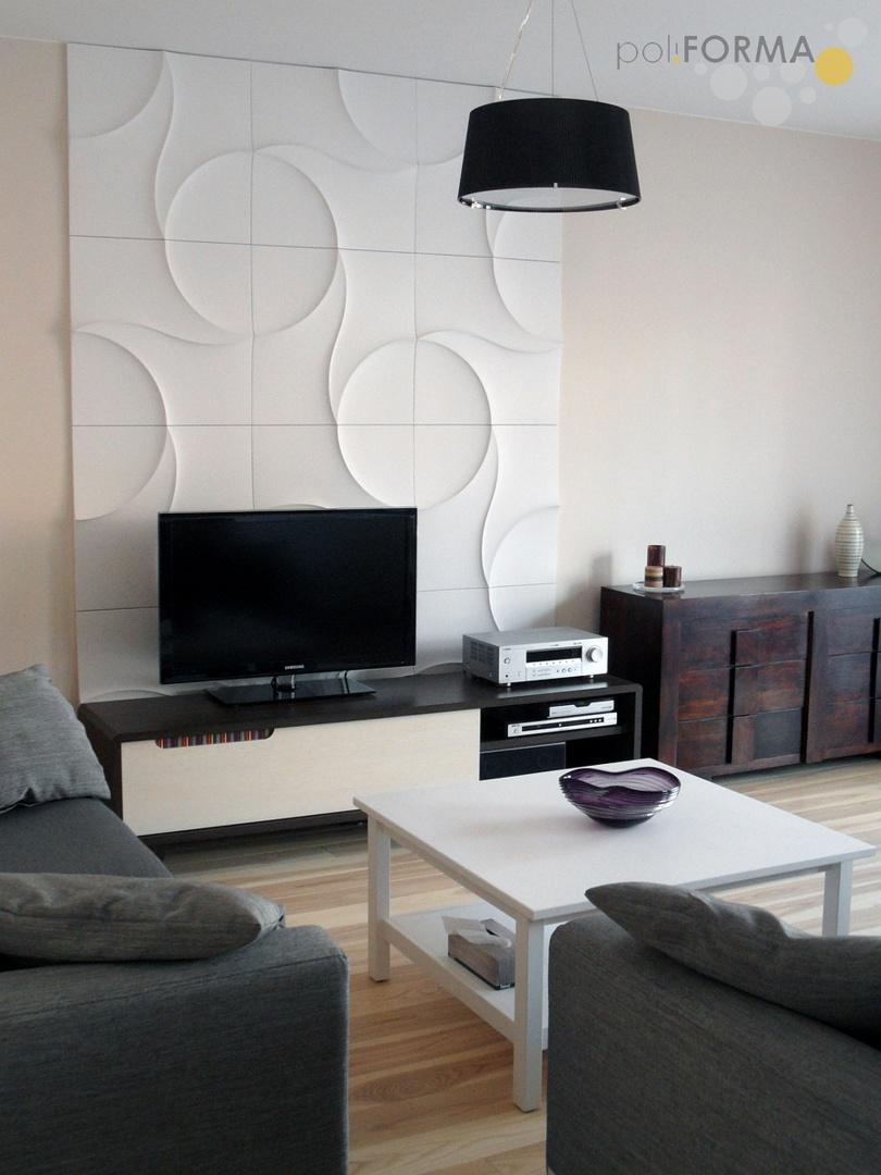 W tym salonie najważniejsza dekoracją są trójwymiarowe panele z gipsu, jesion bielony oraz drewniana komoda. Projekt - Pro-Cert. Fot. Pro-Cert