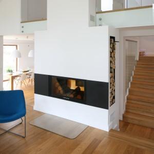 Drewniane schody o prostej formie wpisują się w jasną aranżację wnętrza, nie zakłócając stylistycznej lekkości. Projekt: Małgorzata Galewska. Fot. Bartosz Jarosz.
