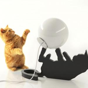 Lampa Chelsea, której forma została zainspirowana bawiącym się kotem. Prototyp. Fot. Archiwum Borisa Klimka.