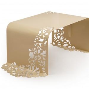 Ława z koronkowym ornamentem w folklorystycznym stylu. Delikatna i bardzo kobieca. Fot. Laskowscy Design/www.laskowscydesign.pl.