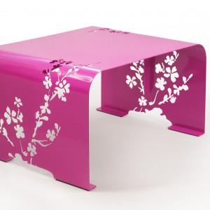 Ława Orient w elektryzującym kolorze fuksji będzie optymistycznym akcentem we wnętrzu. Ażurowe wzory w kształcie kwiatów nadają jej lekki charakter. Fot. Laskowscy Design/www.laskowscydesign.pl.