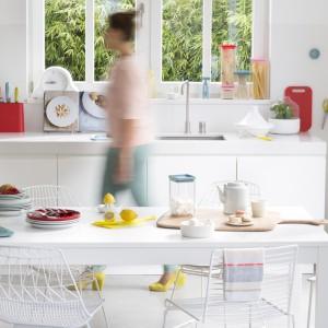 Kolorowe akcesoria kuchenne takie jak noże, deski do krojenia i pojemniki na żywność pomogą ubarwić przestrzeń kuchni i jadalni i wnieść do tych pomieszczeń odrobinę wiosennej świeżości. Fot. Brabantia.