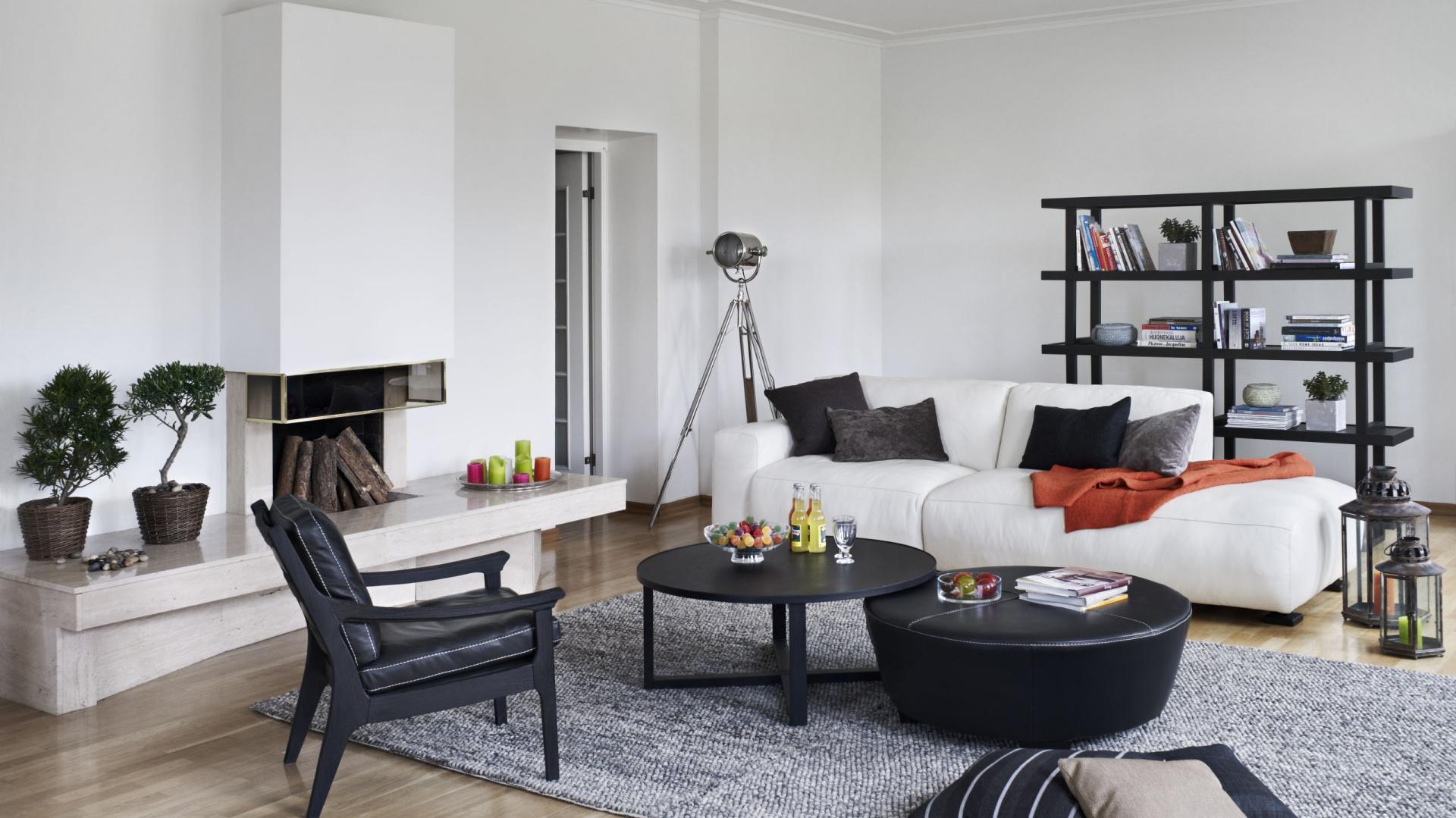 Nowoczesna sofa Zeus to mebel, który zasługuję na swoją nazwę. Urzeka niebanalnym wyglądem, pasuje zarówno do wnętrz klasycznych, jak i nowoczesnych, a także gwarantuje wygodny wypoczynek. Cena: od 3.562 zł. Fot. Inne Meble.