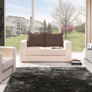 Dwuosobowa sofa z kolekcji Tuli marki Unimebel z brązowym oparciem. Wzbogacona o system elektroniczny, dzięki któremu można korzystać z aplikacji na iphona, iphada oraz technologii bezprzewodowej. Fot. Unimebel.