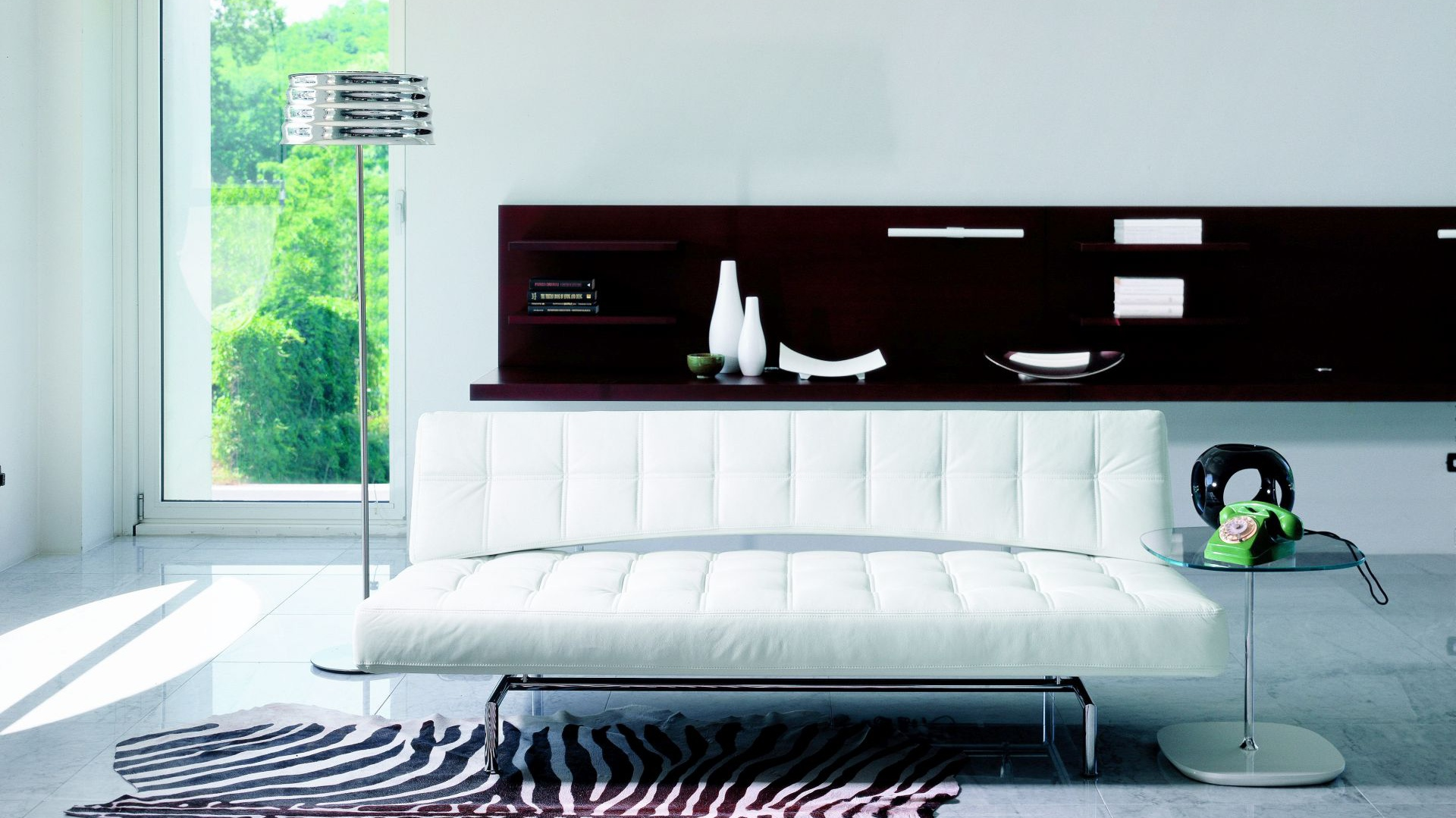 Nowoczesna sofa pikowana Pierrot marki Bonaldo. Funkcja spania sprawia, że mebel jest nie tylko ładny, ale też uniwersalny. Mebel dostępny w Go Modern Furniture. Fot. Go Modern Furniture.