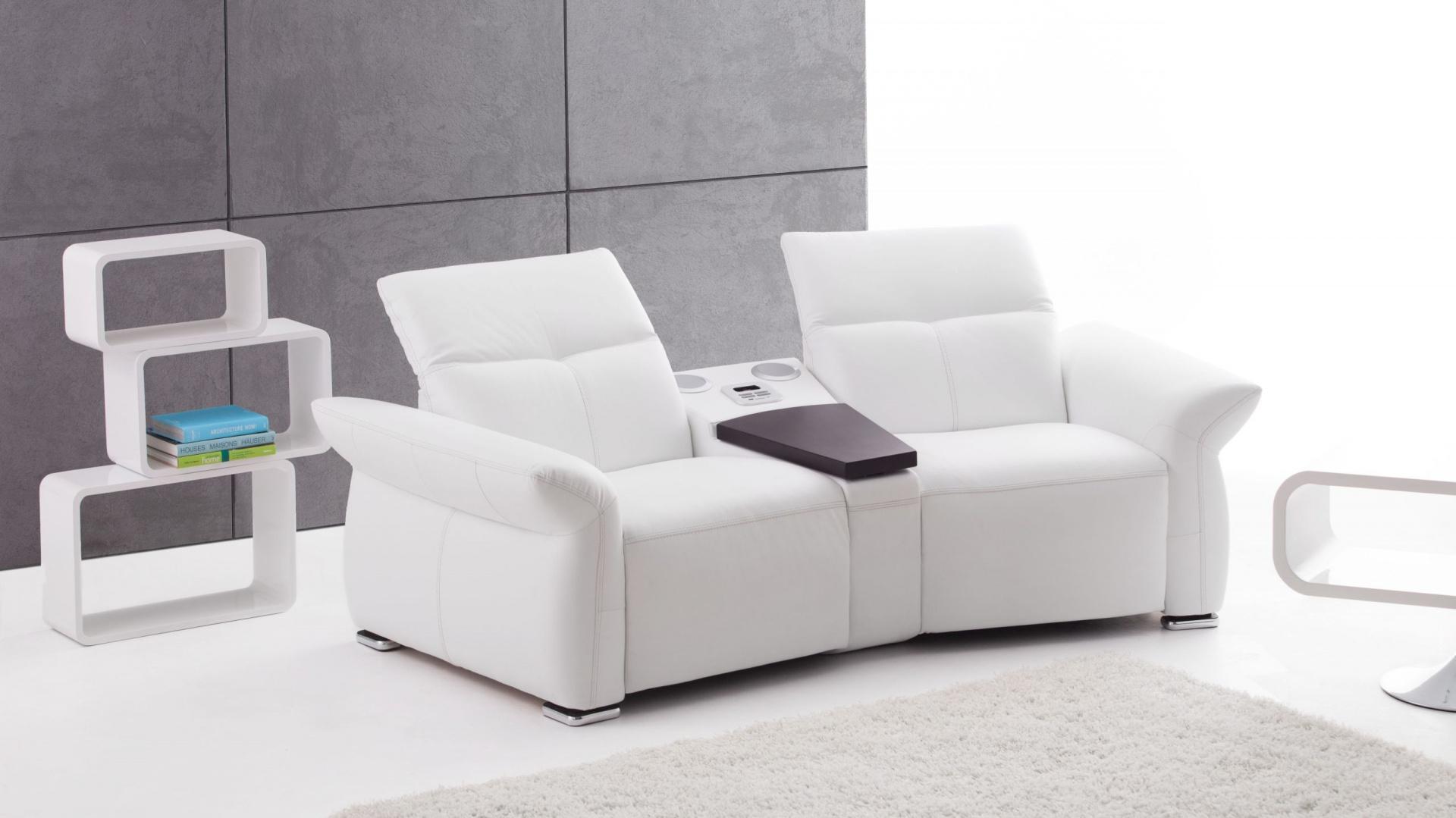 Dwuosobowa sofa Impressione marki Agata Meble z praktycznym stolikiem między siedziskami oraz panelem audio. Model dostępny wyłącznie w skórze naturalnej. Cena: od 7.847 zł. Fot. Agata Meble.
