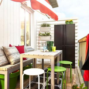 Ławka ogrodowa w połączeniu z kolorowymi poduszkami tworzy wygodne miejsce do odpoczynku. Meble z kolekcji Falster do kupienia w sklepie. Fot. IKEA.