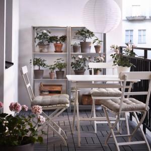 Białe meble balkonowe dodają nowoczesnego charakteru przestrzeni balkonowej. Fot. IKEA.