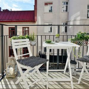 Urządzając balkon nie możemy zapomnieć o odpowiednim dobraniu roślin. Dobrym rozwiązaniem jest zamocowanie doniczek do balustrady balkonowej. Fot. Alvhem Makleri.