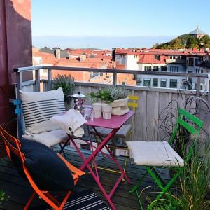 Główną ozdobą balkonu są kolorowe, metalowe meble. Fot. Alvhem Makleri.