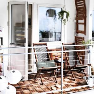 Składane krzesła stanowią praktyczne rozwiązanie. Złożone meble możemy zawiesić np. na ścianie. Fot. IKEA.