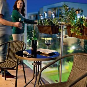 Kolekcja Bari to lekkie, trwałe i wygodne meble. Okrągły stół ze szklanym blatem jest ustawny i elegancki. Fot. Castorama.