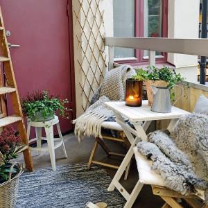 Na balkonie nie powinno zabraknąć dekoracji, miękkich tkanin, które dodadzą balkonowej przestrzeni przytulności. Fot. Alvhem Makleri.