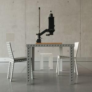 W kolekcji dostępne są krzesła, stoły, stołki, a nawet regały. Fot. Zieta Prozessdesign.
