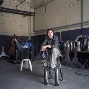 Oskar Zięta prowadzi pracownię Zieta Prozessdesign. Pracuje w Szwajcarii i Polsce, eksperymentując z nowymi materiałami i technologiami w designie i w lekkich konstrukcjach. Jego prace pokazywane są w wielu galeriach na świecie, między innymi w galerii Moss w Nowym Jorku, Tools w Paryżu a także na wystawach w Mediolanie, Berlinie i w Londynie. Fot .Dawin Meckel.