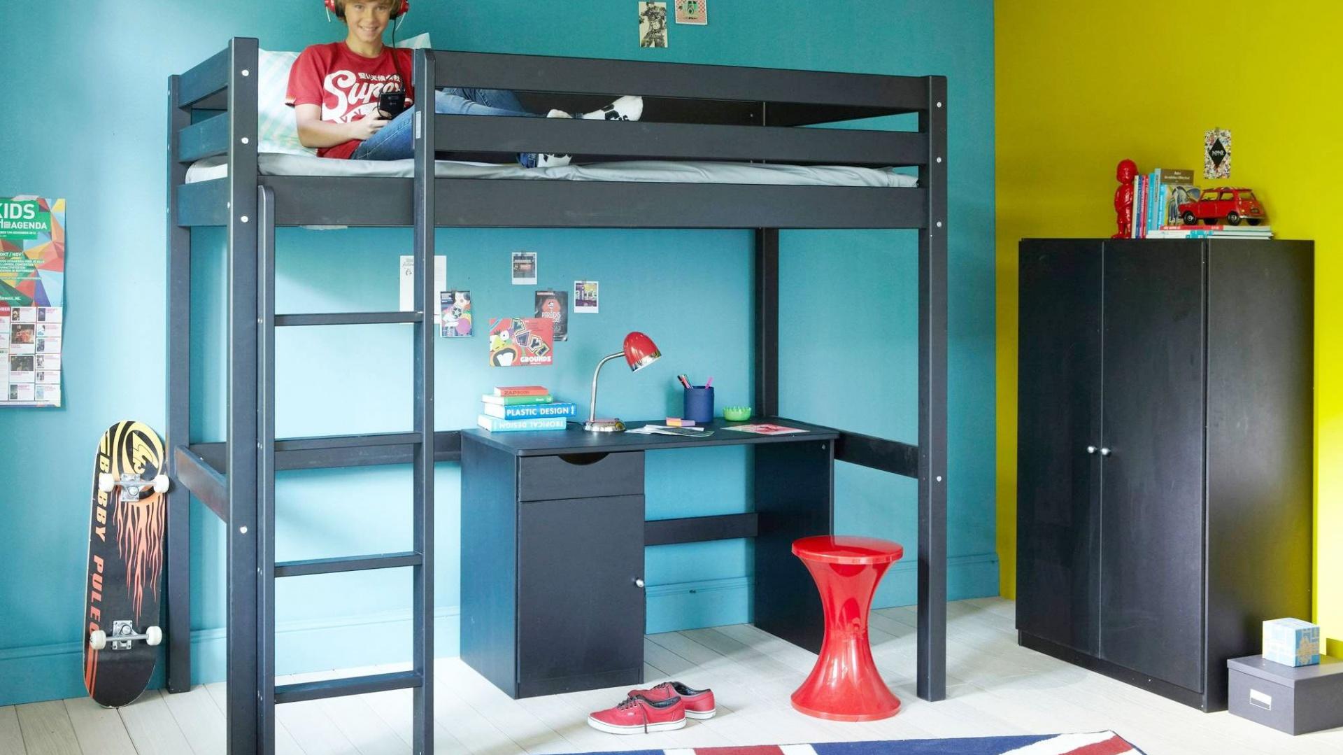 Łóżko na antresoli będzie w pokoju chłopca nie lada atrakcją. Mebel wykorzystywany jest nie tylko do wypoczynku, lecz także wielu inspirujących zabaw. Fot. 3 Suisses.