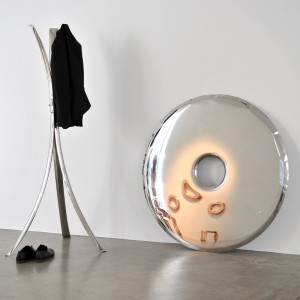 Lustro Rondo, wykonane z polerowanej stali nierdzewnej będzie jednym z elementów stoiska hiszpańskiego studia Stua. Fot. Zieta Prozessdesign.