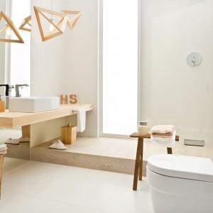 Drewniany blat, dekoracje oraz część podłogi doskonale prezentują się w towarzystwie jasnych płytek. Takie zestawienie to ponadczasowe rozwiązanie, które doskonale sprawdzi się w łazience o każdym metrażu. Na zdjęciu: płytki z kolekcji Adilio. Fot. Ceramika Paradyż.