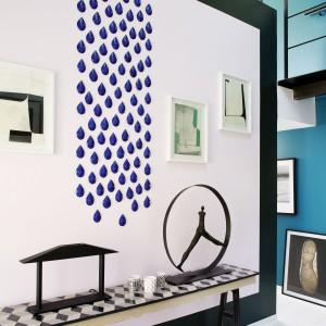 Perełkowe łezki na ścianie są do niej przyklejone, stanowiąc swoistego rodzaju płaskorzeźbę. Koncepcja dekoracji została stworzona przed artystkę. Projekt: Sarah Lavoine. Fot. Francis Amiand.
