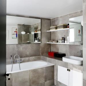 W łazience dominują różne odcienie szarości. Płytki, jakimi wykończono pomieszczenie to naturalny kamień. Projekt: Sarah Lavoine. Fot. Francis Amiand.