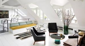 Biel, czerń i beże w towarzystwie żywych akcentów kolorystycznych. Tak można opisać paletę barw, wypełniających to piękne, eleganckie mieszkanie w Paryżu.