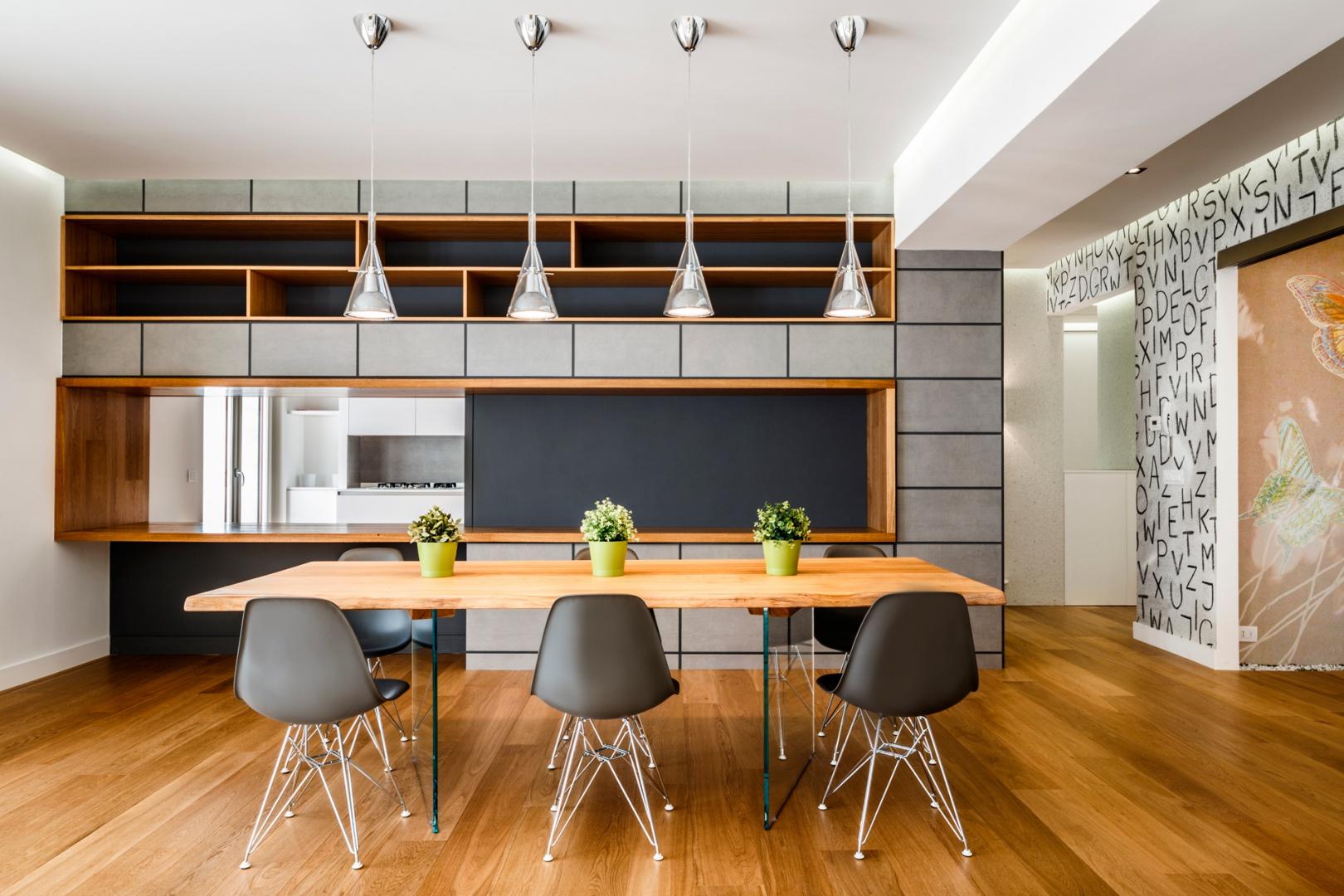 Stół jadalniany może pomieścić aż 8 osób. Towarzyszą mu modne, eamesowskie krzesła. Projekt i zdjęcia: Marco Marotto, Paola Oliva, Brain Factory.