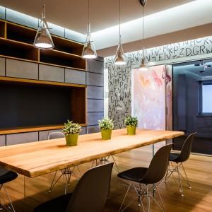 Rolę efektownej dekoracji wnętrza w jadalni pełnią cztery wiszące lampy w przeźroczystych, efektownych oprawach. Projekt i zdjęcia: Marco Marotto, Paola Oliva, Brain Factory.