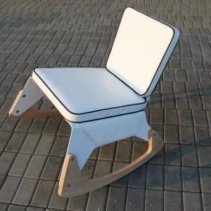 Bujany fotel LRG to istna wariacja na temat tradycyjnego mebla na płozach. To awangardowy projekt, w którym można się zabujać zarówno dosłownie jak i w przenośni. Fot. archiwum projektanta.