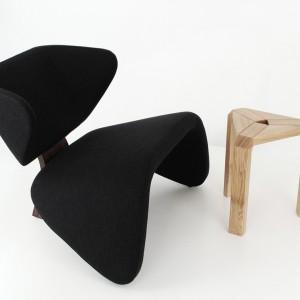 Na zdjęciu: fotel Vector w czarnej tapicerce oraz dębowy stołek Trio. Fot. archiwum projektanta.