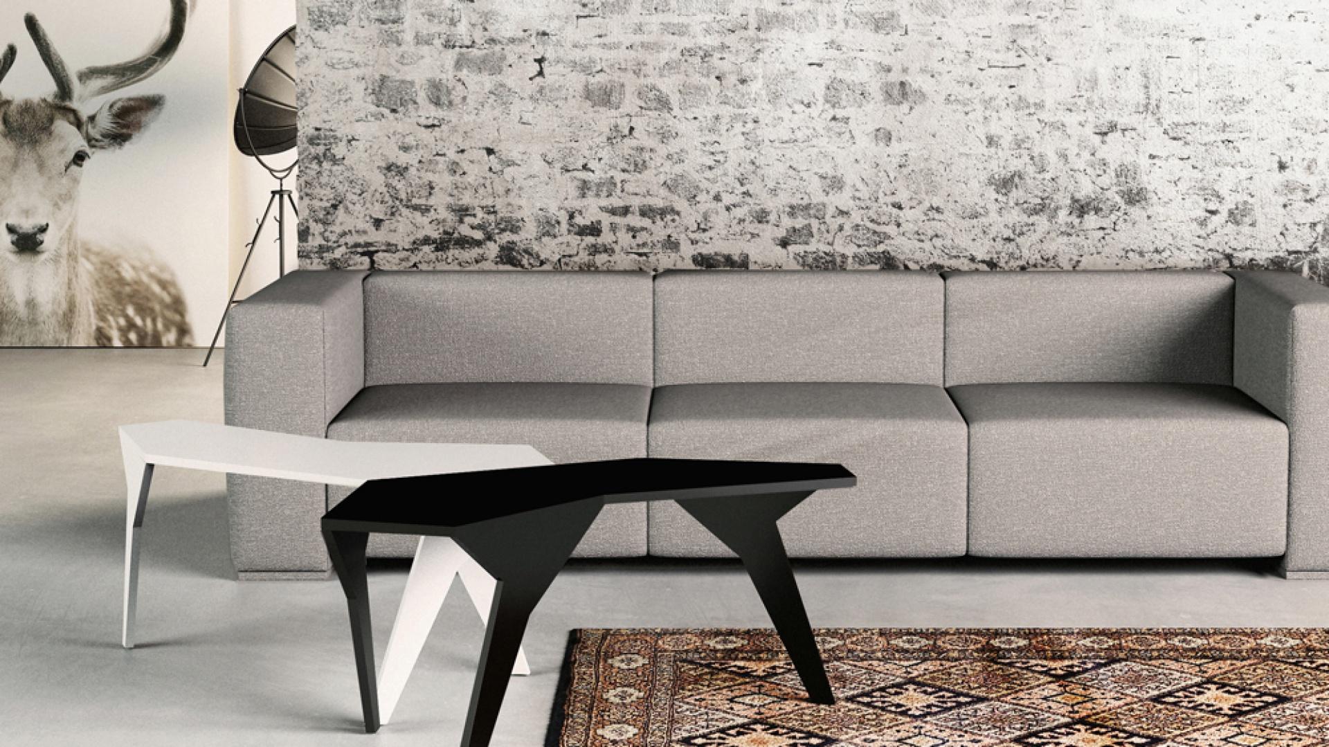Stolik Georetro o ciekawej, oryginalnej formie. Do wyboru w dwóch kolorach: białym i czarnym. Doskonale prezentuje się zarówno w duecie, jak i solo. Fot. archiwum projektanta.