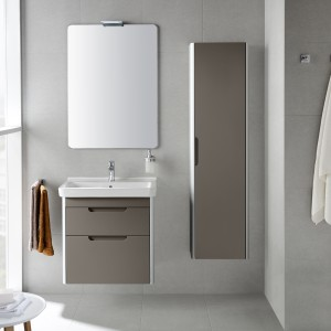 Meble oraz ceramika z kolekcji Dama-N marki Roca pozwalają na dopasowanie poszczególnych elementów do metrażu łazienki. Seria dostępna jest w trzech modnych, uniwersalnych kolorach; biały lub szary antracyt zpołyskiem oraz matowy taupe. Fot. Roca.