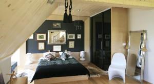 W Zakopanem wszystko ma swój wyjątkowy urok. Zobaczcie wyjątkową sypialnię - elegancką jak czerń i ciepłą niczym drewno.